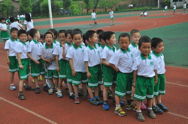 学前班举行两人三足户外活动-正源学校