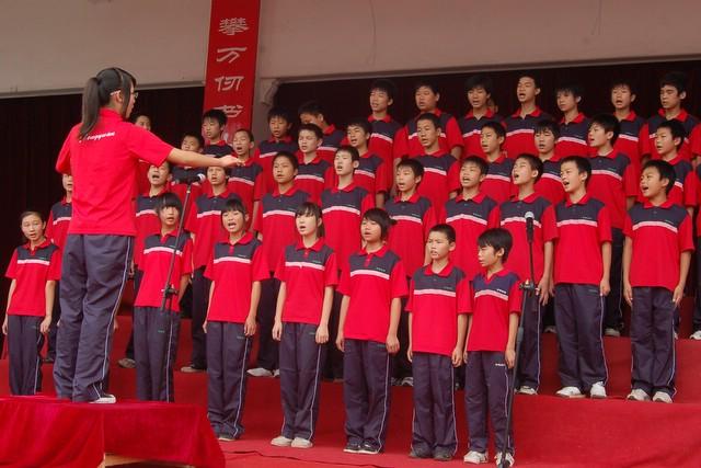 """初中部举行""""红五月""""歌咏比赛"""